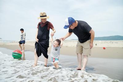 石巻市 渡波海水浴場  8年ぶりの遊泳再開 懐かしさと新鮮さが交錯