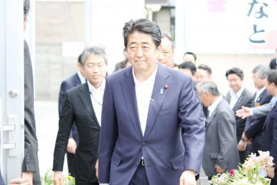 湊水産を視察に訪れた安倍首相(2...