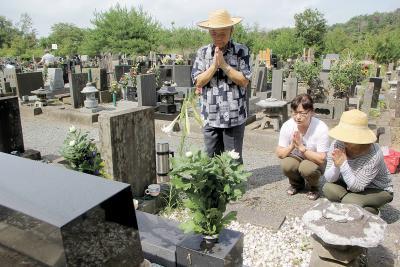 盆の入り 霊園などに多くの墓参者  セミしぐれの中で合掌