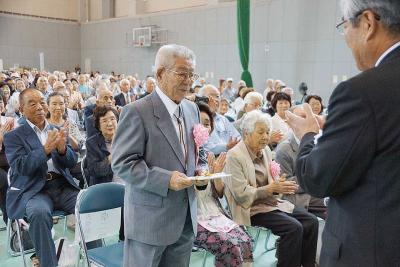 米寿を迎え、代表で祝い金を受け取...