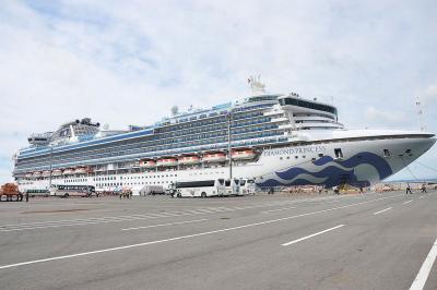 ダイヤモンド・プリンセス初寄港 待ちに待った外国客船 過去最大級 石巻港 大漁旗振ってお出迎え