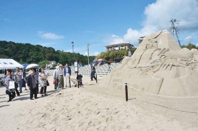 宮戸・月浜 砂の政宗像お目見え 復興を展望する独眼竜 海水浴場に再びにぎわい