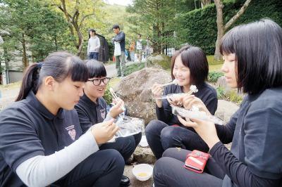 新米ふるさと祭り 名勝齋藤氏庭園で開催 おにぎりにホクホク顔