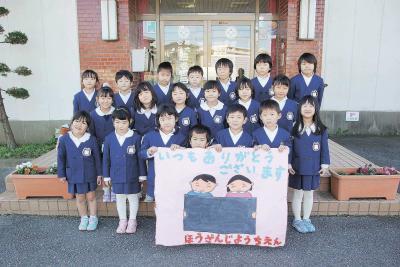 法山寺幼稚園 年長児 石巻日日新聞社に寄贈 花と絵で笑顔咲かせて