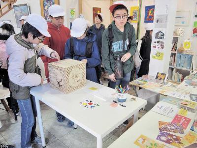 渡波小6年生 ピースカード展を見学、募金 みんなで学ぶ復興と平和