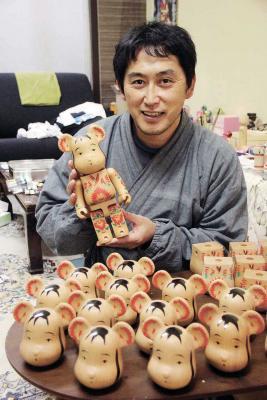 石巻こけしの林さん 世界的人気トイとコラボ ベアブリック初の手描き商品 12月15日に発売