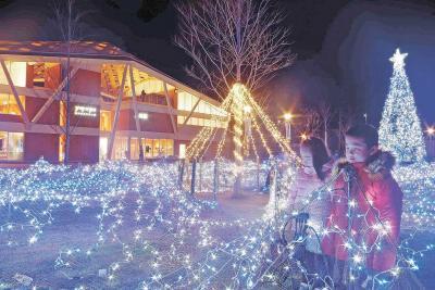 きらめく 「海ぼたる」 1月5日まで毎日点灯 夜の女川駅前青く染める