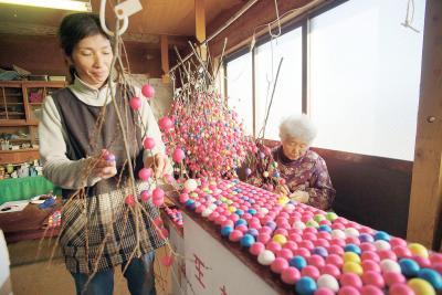 2千本の舞玉飾り完成 新年の準備着々と 石巻市南境の松川さん