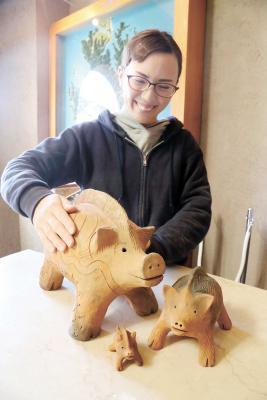 奥松島縄文村歴史資料館にある見た目もかわいい「イノシシの土鈴」。イノシシは縄文時代から人と共生してきた