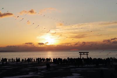 幸せを願う人々の影が砂浜に浮かんだ