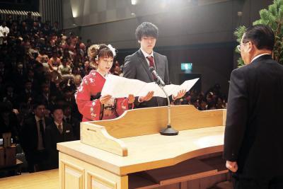 新成人を代表して壇上で決意を述べる(左から)日野さんと川田さん(東松島市)
