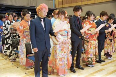 町民憲章を唱和する新成人たち(女川町)