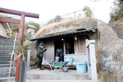 神社脇の岩屋。今でこそ集会所に宿...