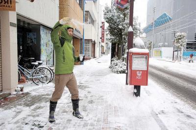 雪かきや融雪剤をまく人の姿が目立...