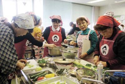 地場産食材を用いた調理実習と試食...
