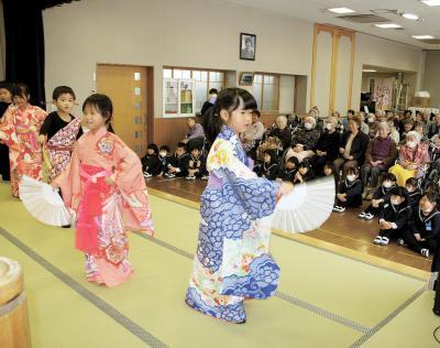 元気な踊りを披露する園児たち