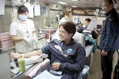 森蔭選手(手前)らが献血に協力した