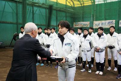 浅野会長から篠川主将に練習球が手...