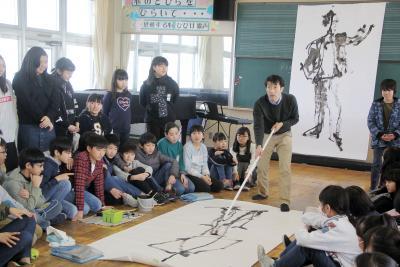 釜小卒業制作を後押し 画家柴田さんが特別授業 良い作品より自分らしさ