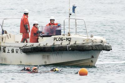 潜水士たちが海に潜り捜索を行った