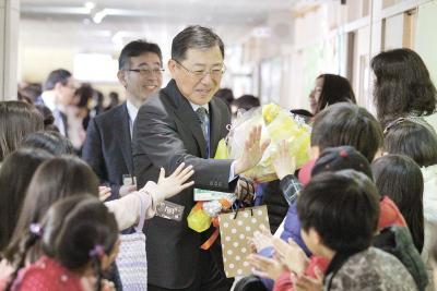 石巻地方で離任式 大街道小は退職、転任者見送り 教職員も旅立ちの春