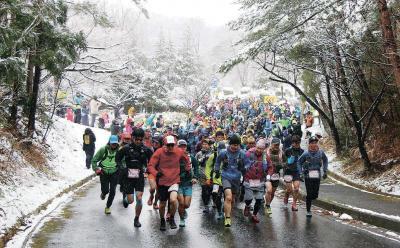 雪の舞う中、一斉に駆け出す選手たち