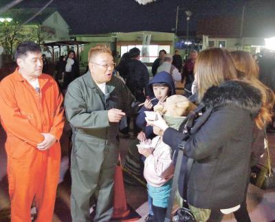 石巻駅前で市民と触れ合うサンドウ...
