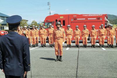 新たに配備された救助工作車の前で...
