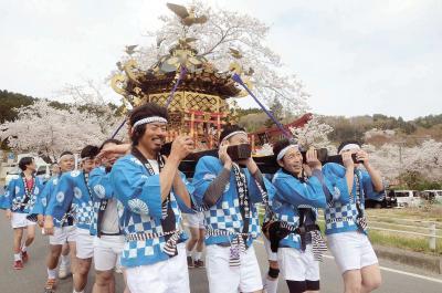 桜満開の中でみこし渡御 北村 朝日山計仙麻神社 勇壮に幸呼ぶ風物詩
