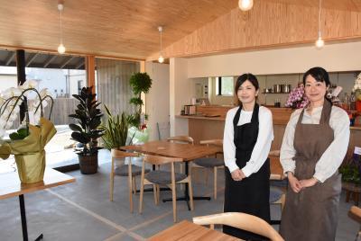 働く女性の笑顔と植物の緑が似合う店内