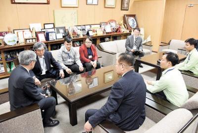 亀山市長と懇談した研修生と関係者