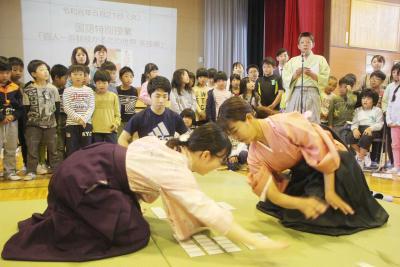 湊小で競技かるた体験 坂本校長ら有段者が講師 勝負は一瞬 畳上の熱戦