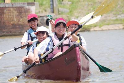 湊小6年 総合学習でカヌー体験 水面も笑顔もキラキラ