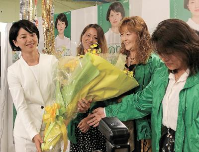 支持者から花束を受け取る石垣氏
