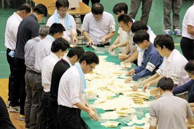 参院選 石巻市選管 確定でわずか190票差 中間発表両者横並び