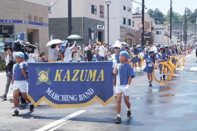 小学校鼓笛隊パレード 15校1400人堂々と行進 街で奏でる軽快な音色 石巻川開き祭り