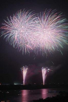 鳴瀬流灯花火 鎮魂と追悼の600発 偲ぶ光 夜空と胸焦がす