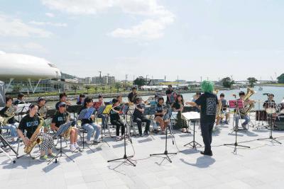 堤防では、旧北上川を背に子どもたちが迫力の演奏を届けた(音楽祭)