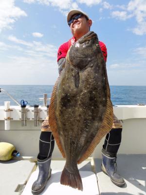 スロージギング【実釣編②】キター!105センチのヒラメ 水面に姿見せた巨大魚
