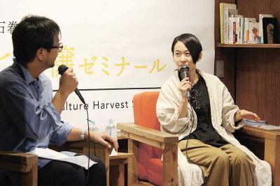 日野さん(左)が西さんに小説が生...
