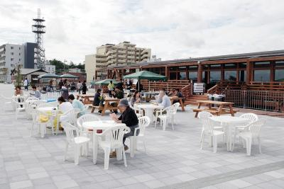 テラス席と堤防の広場が接続された