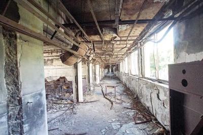 3階西側廊下。教室に骨組みだけの...