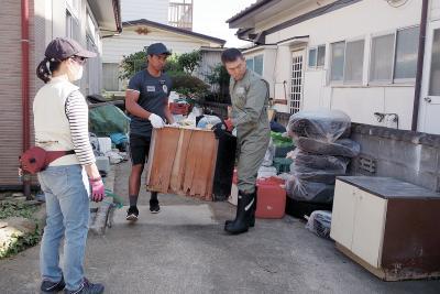 浸水被害を受けたものを運ぶボラン...