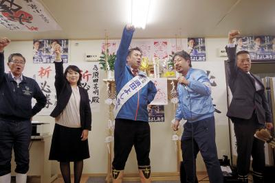 「ガンバロー」の声を上げる須田氏