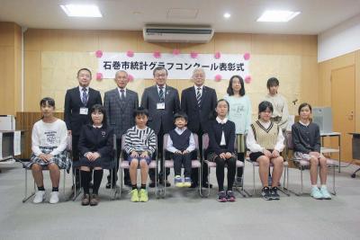最高賞の舛さん(前列右から3人目)ら入賞者が表彰された