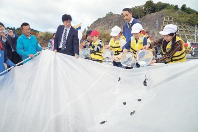 大海原に稚魚を放流した大原小の児童