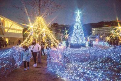 5万球の「海ぼたる」 女川駅前 光の散歩道 夜の町に冬の彩り