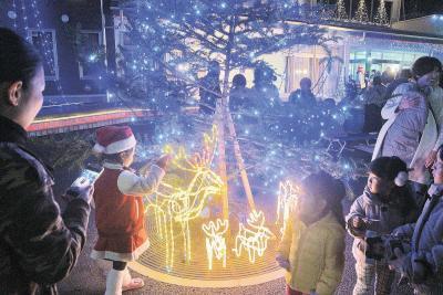 クリスマスムードを楽しむ子どもたち