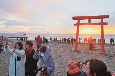 大勢の来訪者が令和最初の朝日を浴...