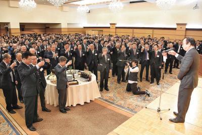 木村議長の発声で各界約700人が杯...